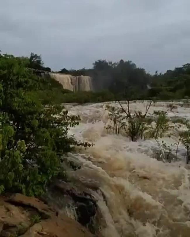 Moradores registram cachoeira do Roncador após chuvas em Felipe Guerra, RN
