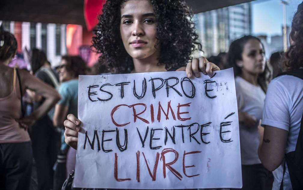 Mulher protesta na Paulista contra projeto que proíbe qualquer caso de aborto (Foto: Cris Faga/Fox Press Photo/Estadão Conteúdo)