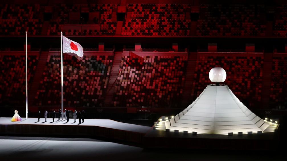 A bandeira do Japão é hasteada durante a cerimônia de abertura dos Jogos Olímpicos de Tóquio — Foto: Marko Djurica/Reuters