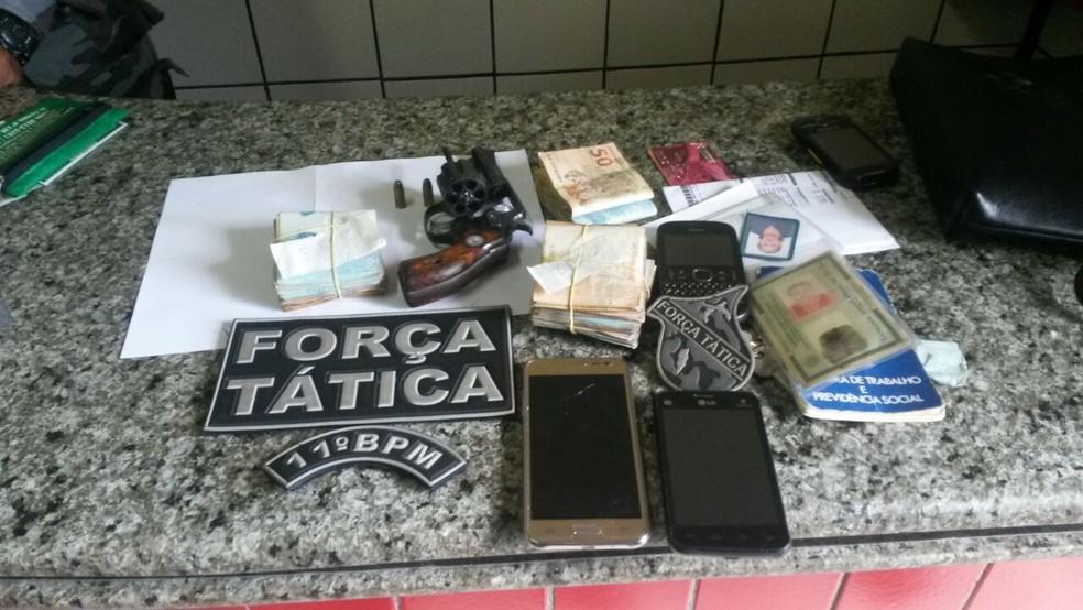 Com Bruno e o comparsa foram apreendidos dinheiro e arma (Foto: Divulgação/PM )