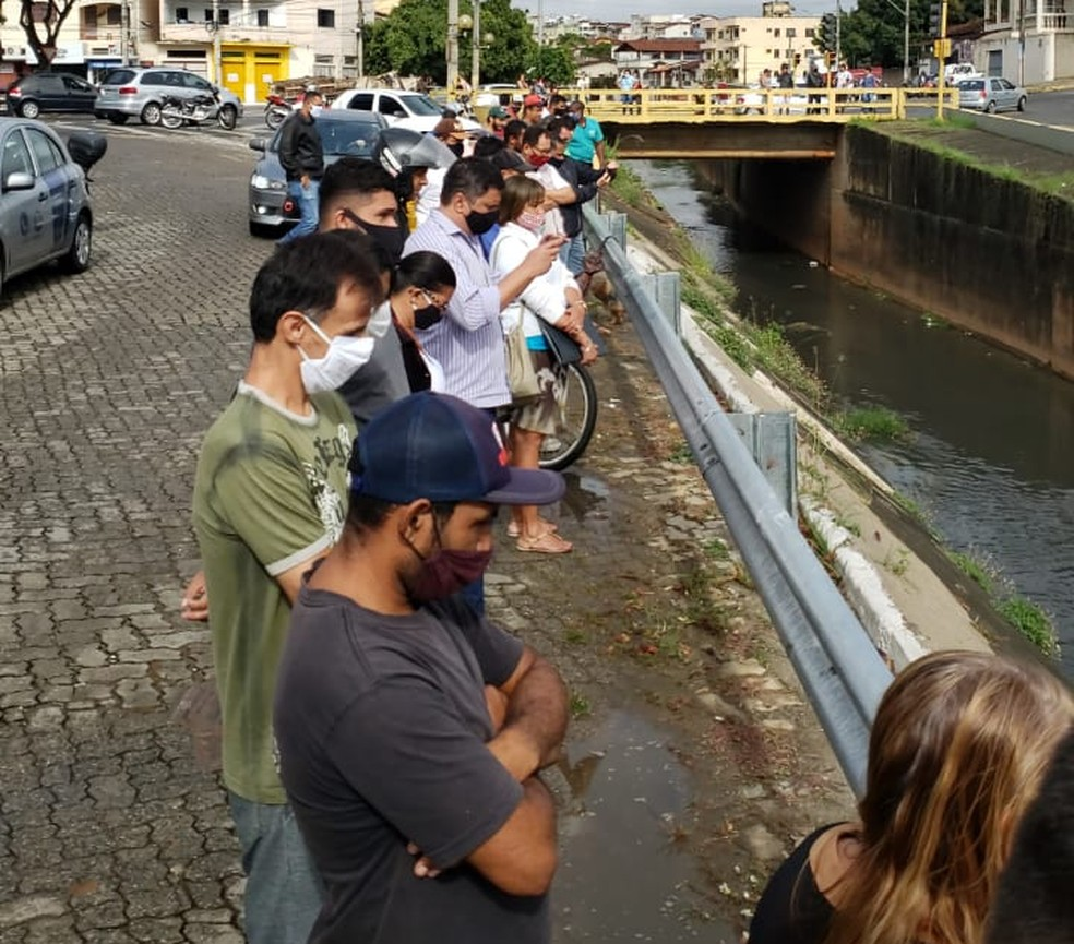 Resgate do corpo chamou atenção de quem passava pelo local — Foto: Caio Mourão/Inter TV dos Vales