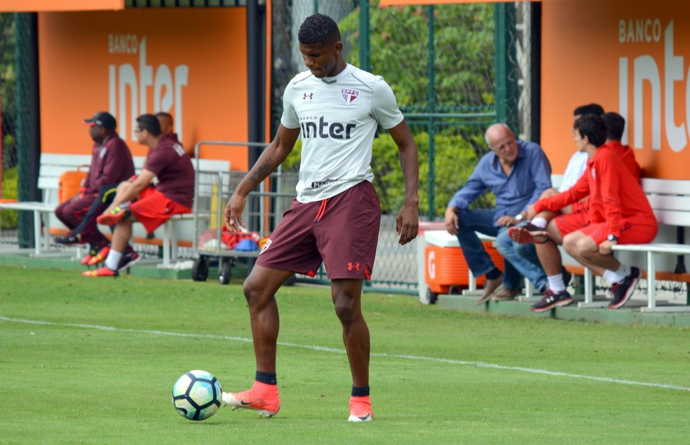 Arboleda deverá atuar no sábado, contra o Atlético-GO (Foto: Erico Leonan / site oficial do SPFC)