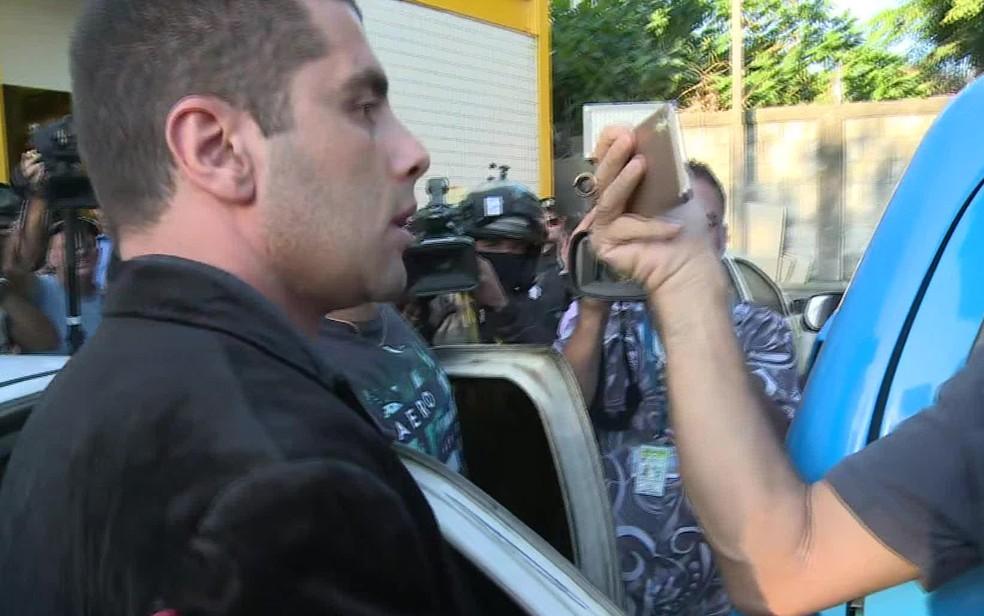 Dr. Bumbum chegando na DP (Foto: Reprodução/TV Globo)
