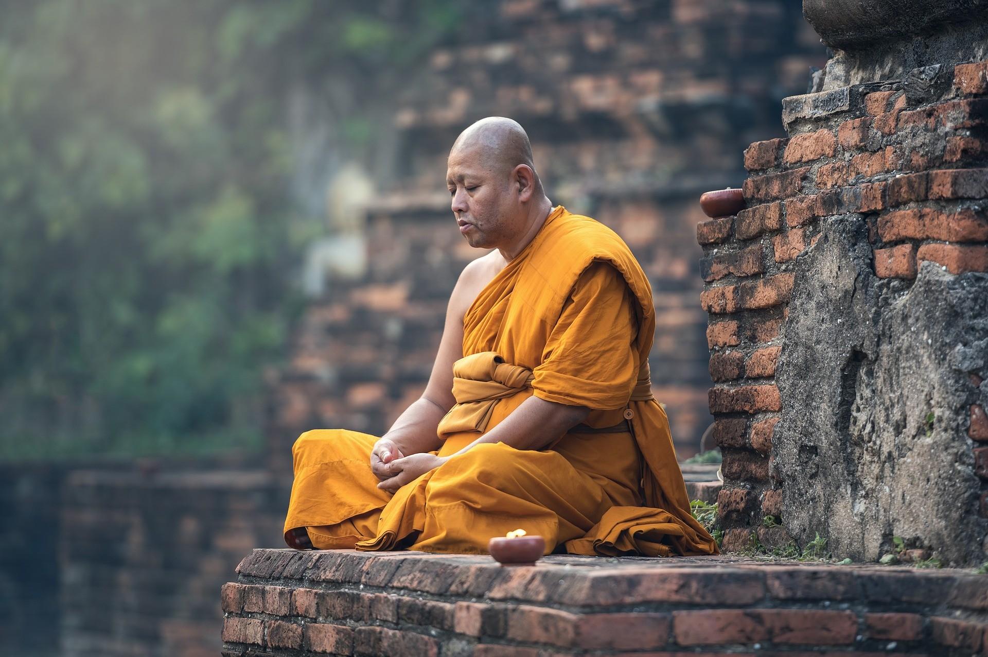 Monge budista durante meditação (Foto: Pixabay)
