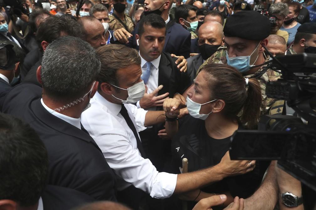 Macron fala com libanesa durante visita a Beirute, nesta quinta-feira (6). — Foto: AP Photo/Bilal Hussein