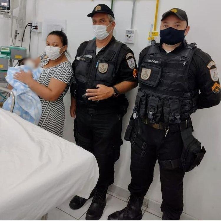 Bebê de um mês engasgada com leite é salva por policiais militares em Macaé, no RJ