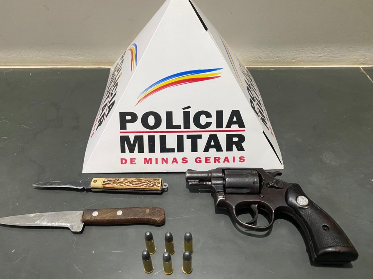 Homem é preso com revólver, faca e canivete em ponto de venda de drogas em Virgem da Lapa