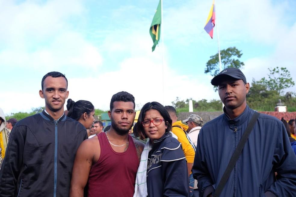 No centro da foto: Luís Isturis, 21, ao lado da mulher Elismar Fagundez, 18; à esquerda Johnatan Chacon, 22, e à direita o irmão de Luís, Jesus Goita, 25 (Foto: Inaê Brandão/G1 RR)