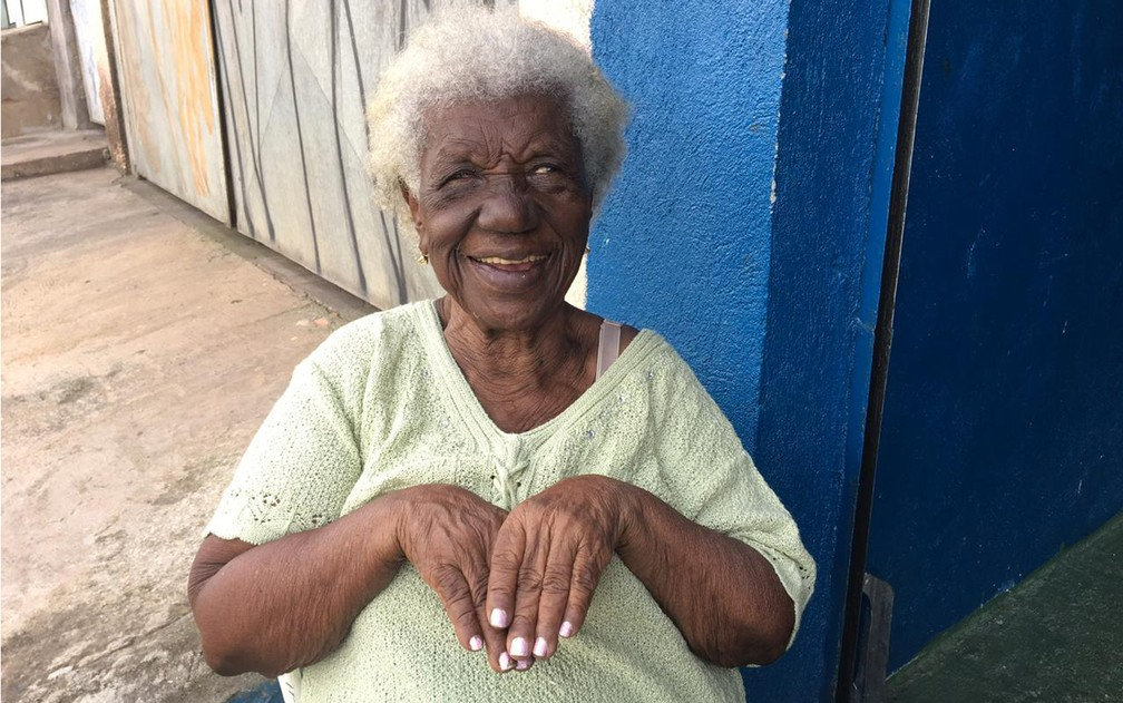 Dona Rosa exibe unhas pintadas — Foto: Gabriela Gonçalves
