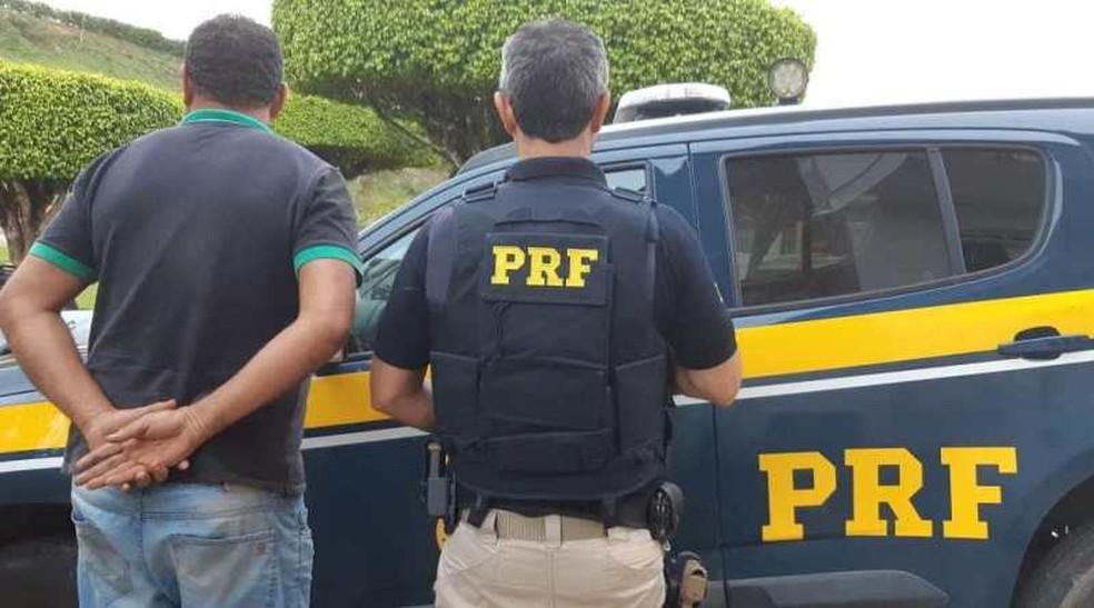Homem foi preso após apresentar documento de veículo falso na BR-101 — Foto: Divulgação/PRF