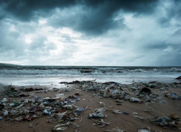 Lixo abundante em praia (Foto: Thinkstock)