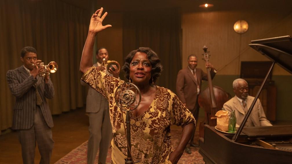 Chadwick Boseman, à esquerda, e Viola Davis, ao centro, em imagem de 'A voz suprema do blues' — Foto: David Lee/Netflix