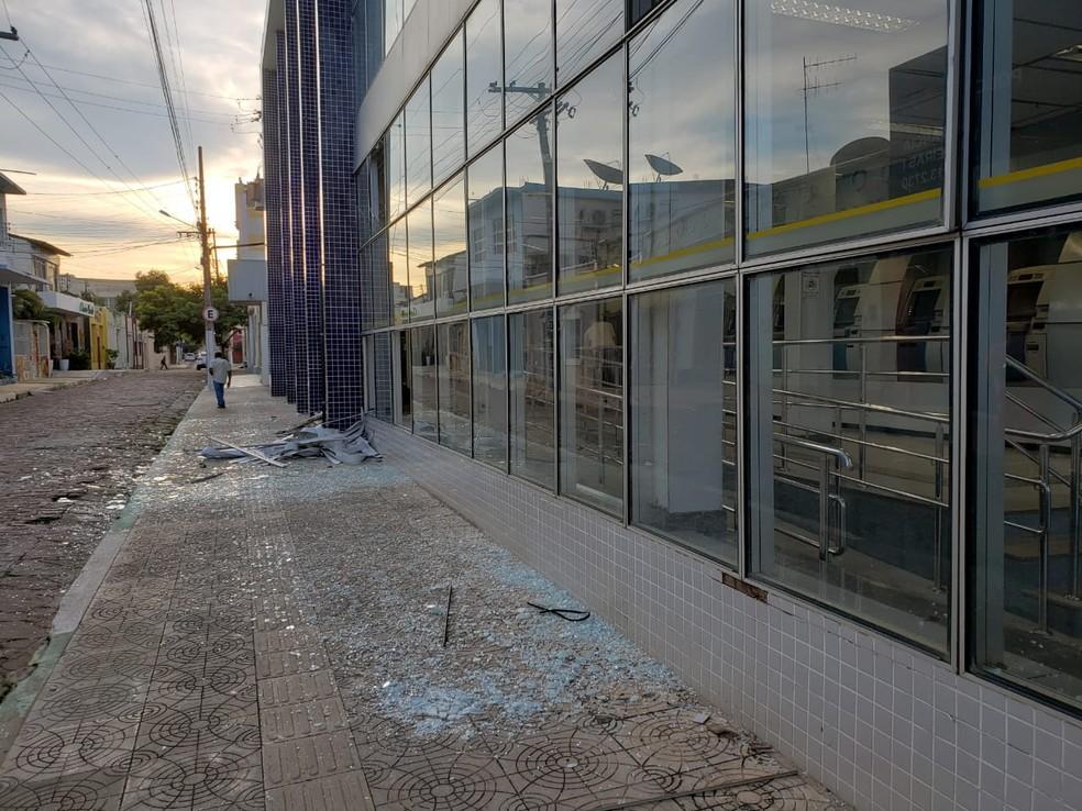 Agência ficou destruída após ação de criminosos em Barreiras — Foto: Paiva/Blog Braga