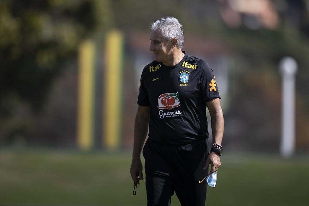 Técnico Tite, sorridente, em treino da seleção brasileira na Granja Comary — Foto: Lucas Figueiredo / CBF
