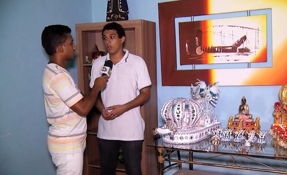 Rovany Araújo conversou com o Lucas, que tem uma escola de samba dentro de casa — Foto: Reprodução / TV Rio Sul
