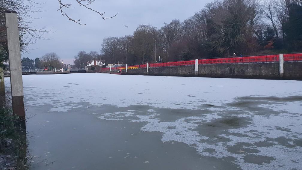 Rio Tâmisa, em trecho que passa pelo distrito de Teddington, sudoeste de Londres, congelado em 11 de fevereiro de 2021 — Foto: Reprodução/Twitter/@nickwillmore