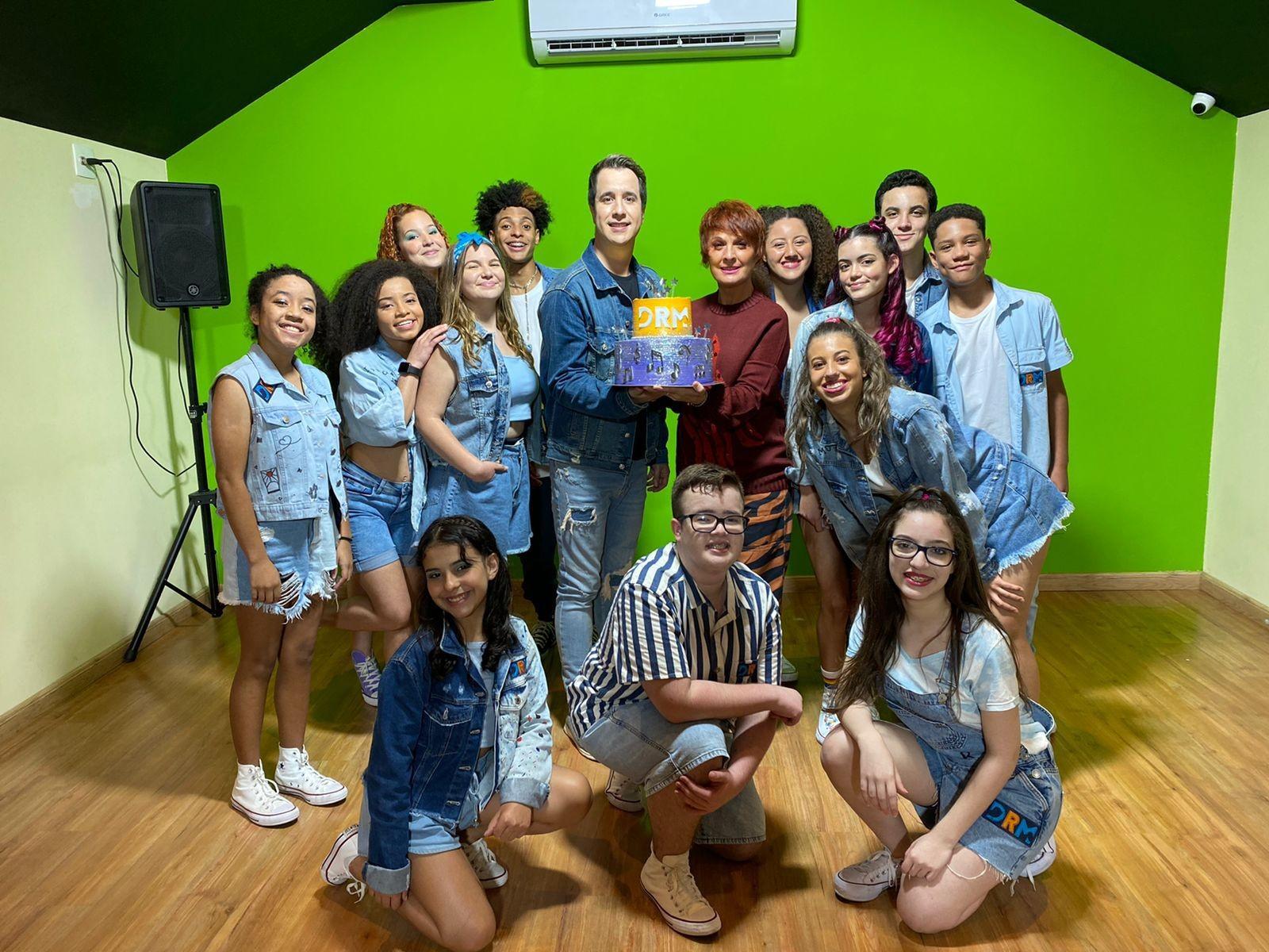 Cantora Mafalda Minnozzi comemora 19 anos do grupo Dó Ré Mi com apresentação em escola de Petrópolis