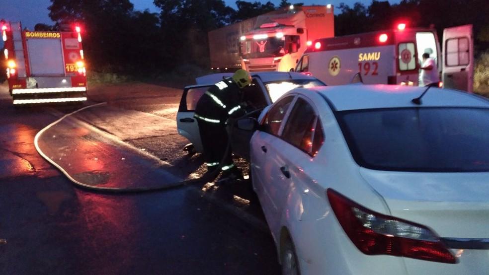 Batida aconteceu depois que um dos carros invadiu a contramão (Foto: Divulgação/Corpo de Bombeiros)
