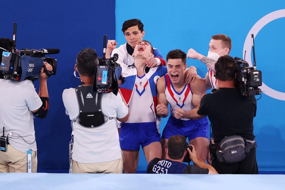 Russos celebram primeiro ouro na ginástica — Foto: Patrick Smith/Getty Images