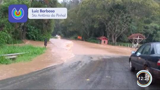 Rodovia fica interditada por três horas após temporal em Santo Antônio do Pinhal; veja vídeo