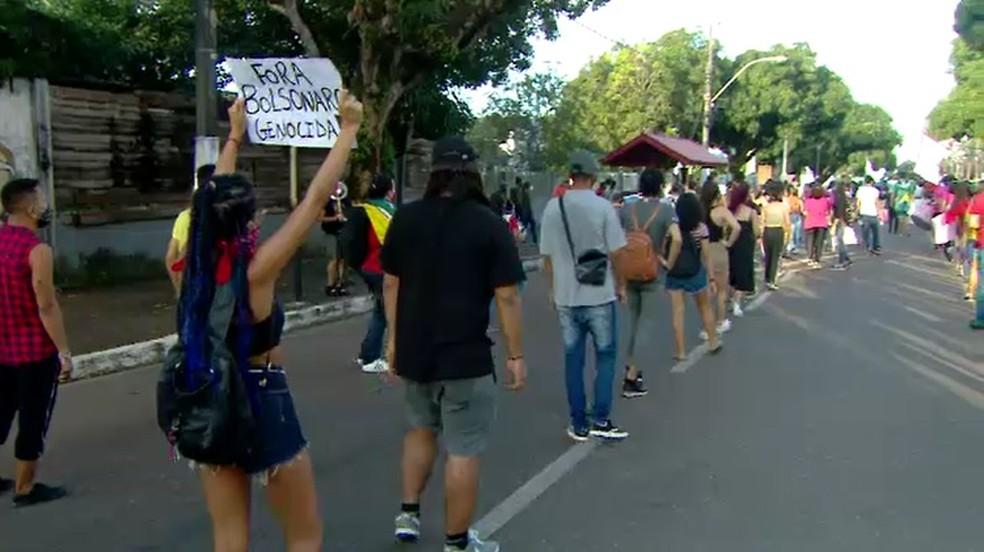 Grupo faz caminhada em protesto contra o governo Bolsonaro em Macapá, no Amapá — Foto: Rede Amazônica/Reprodução