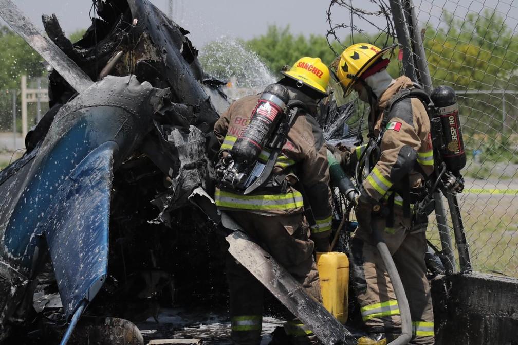 Bombeiros tentar controlar incêndio após queda de helicóptero em Nuevo León, no México, em 23 de abril de 2021 — Foto: Defesa Civil de Nuevo León