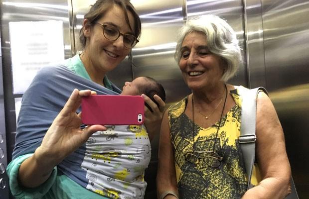 Joana ao lado da mãe, Maria Cecilia, e com Tom no sling (Foto: Acervo pessoal)
