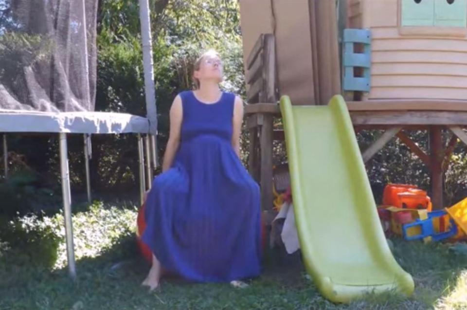 Sarah deu à luz ao lado do escorregador (Foto: Reprodução/ Youtube)