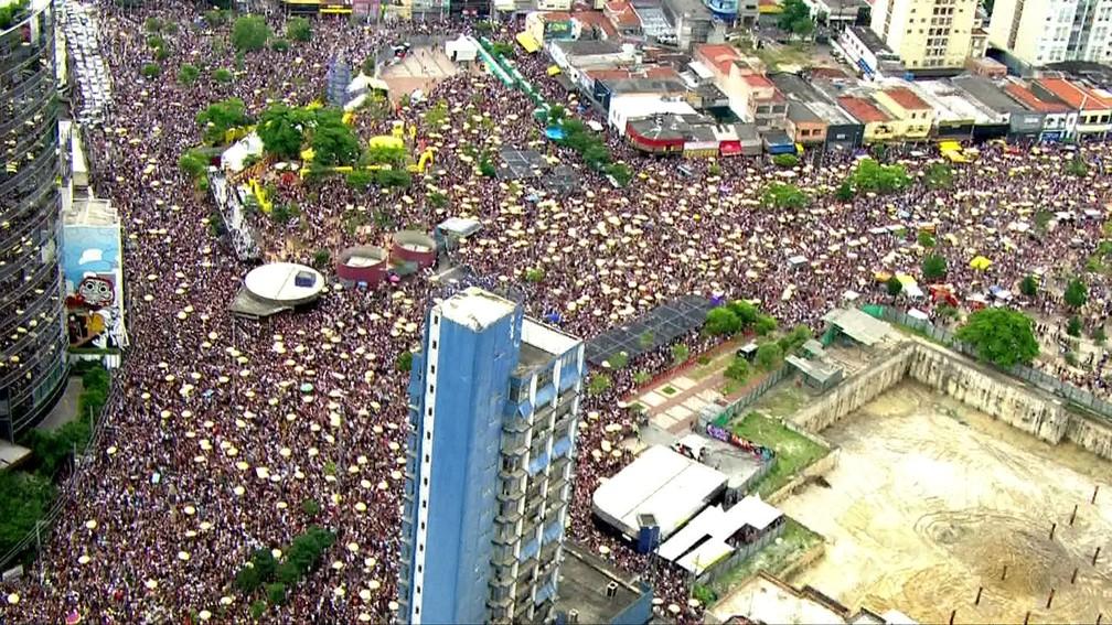 Avenida Faria Lima, na Zona Oeste, ficou completamente tomada por foliões no sábado (3); Skol montou espaço próprio no Largo da Batata com montanha-russa e chuveiro de glitter (Foto: Reprodução/TV Globo)