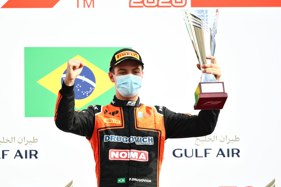 Felipe Drugovich comemora vitória na primeira corrida no Barein — Foto: Getty Images