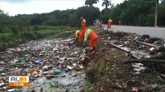 Toneladas de lixo são retiradas do Riacho do Silva após chuvas em Maceió