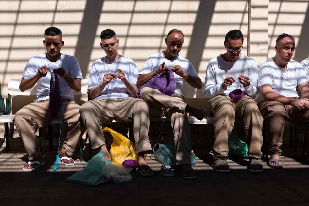 Detentos fazem peças em crochê momentos antes do desfile na penitenciária Adriano Marrey, em Guarulhos (SP) — Foto: Marcelo Brandt / G1