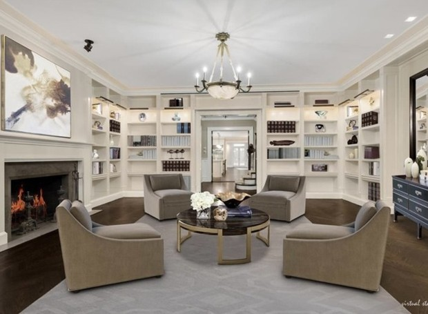 Um escritório clássico conta com estantes embutidas nas paredes em uma paleta de cores neutras (Foto: Trulia/ Reprodução)