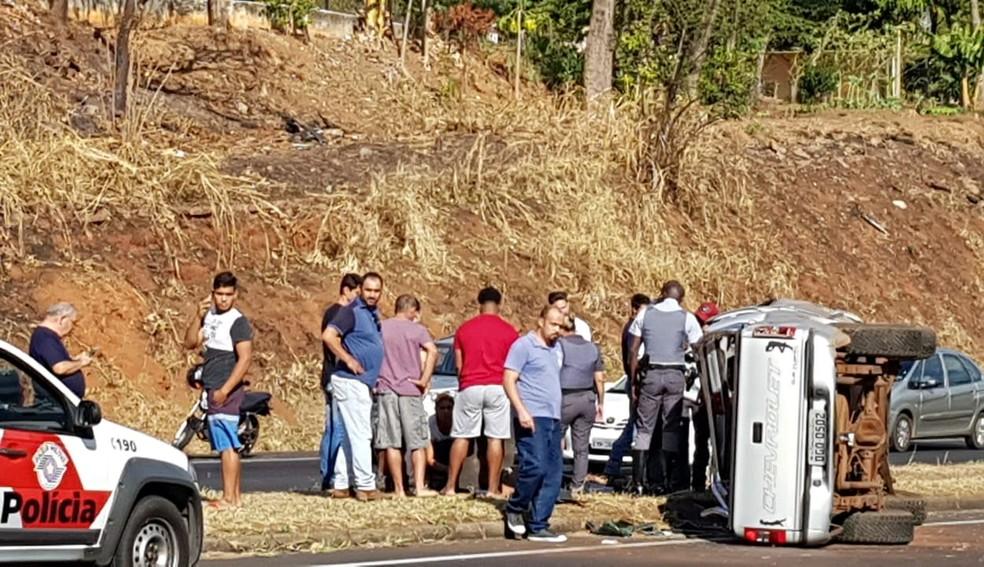 Caminhonete tombou na rodovia em Marília na tarde desta sexta-feira  (Foto: Marília Urgente/ Divulgação )