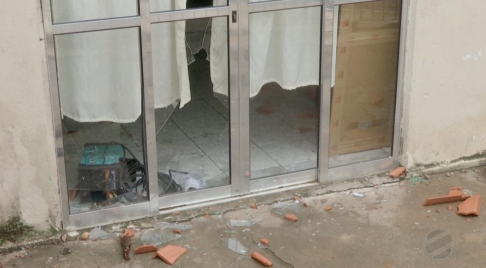 Moradores depredaram a residência do casal após resgate de crianças (Foto: TVCA/Reprodução)