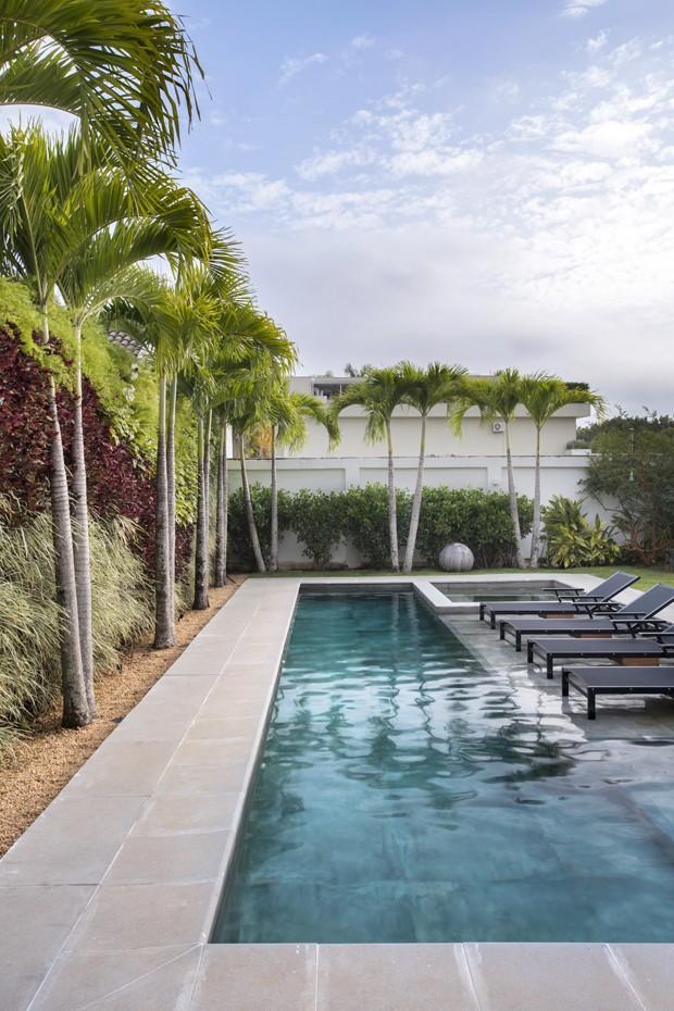 Uma área externa com piscina e varanda gourmet (Foto: Juliano Colodeti / MCA Estúdio)