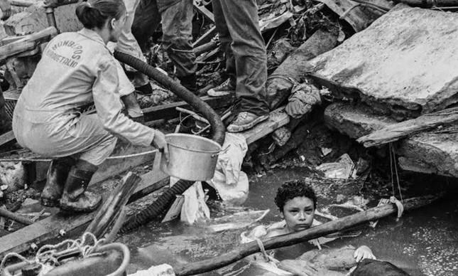 Vulcão: A adolescente Omayra Sánchez presa nos escombros de sua casa