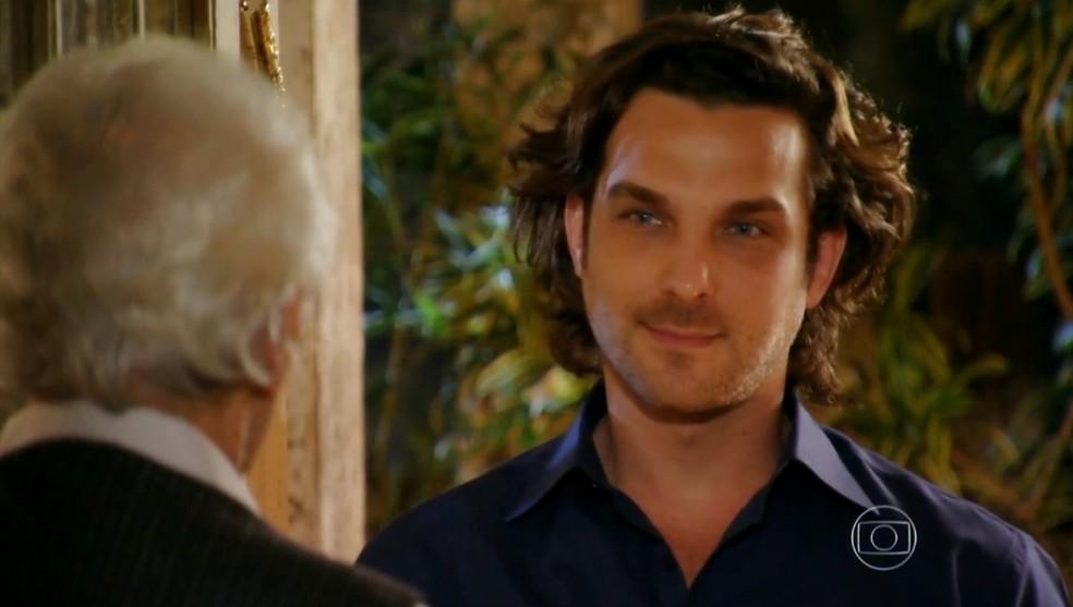 Em 'Flor do Caribe', Alberto (Igor Rickli) vai até a casa de Samuel (Juca de Oliveira) — Foto: Globo