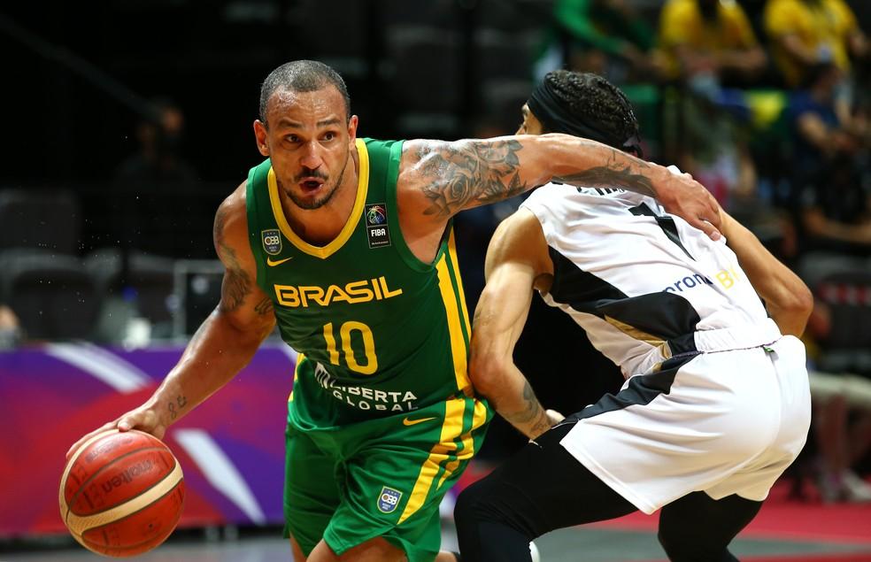 Alex Garcia tenta passar por um marcador — Foto: Antonio Bronic/Reuters