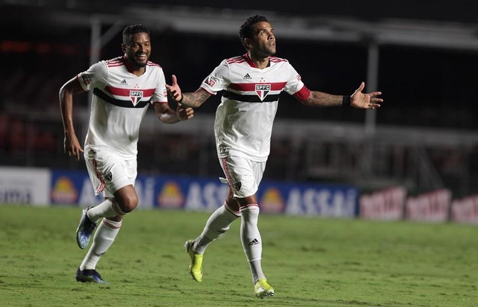 Daniel Alves e Reinaldo comemoram pelo São Paulo — Foto: Rubens Chiri/saopaulofc.net