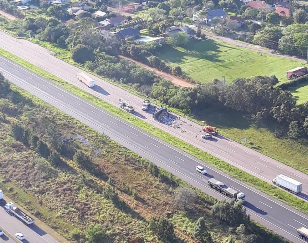 Imagem aérea mostra trecho da freeway bloqueado após caminhão tombar — Foto: PRF/Divulgação
