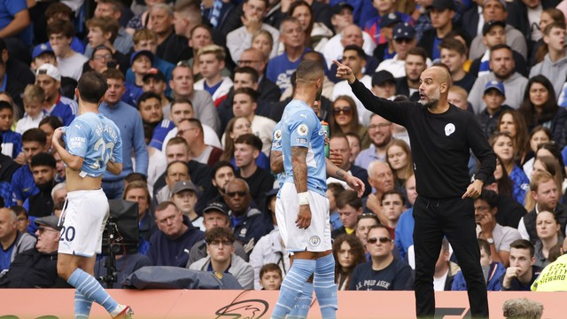 Guardiola dá instruções ao time do City durante jogo contra o Chelsea