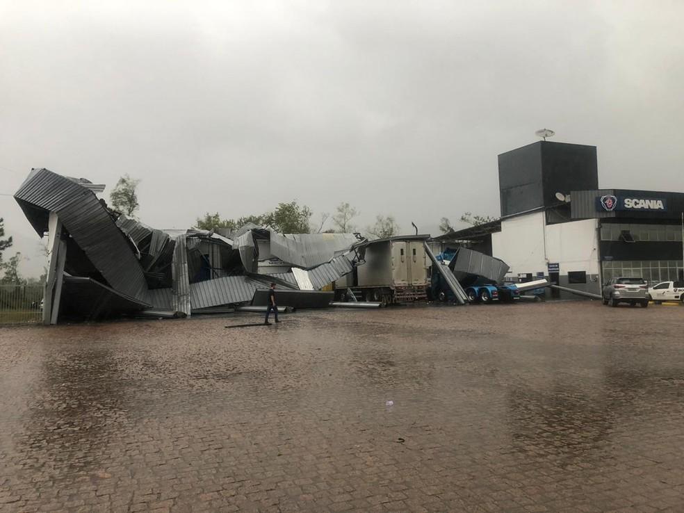 Empresa em Rio do Sul, no Vale do Itajaí, ficou destelhada após a ventania — Foto: Arquivo pessoal