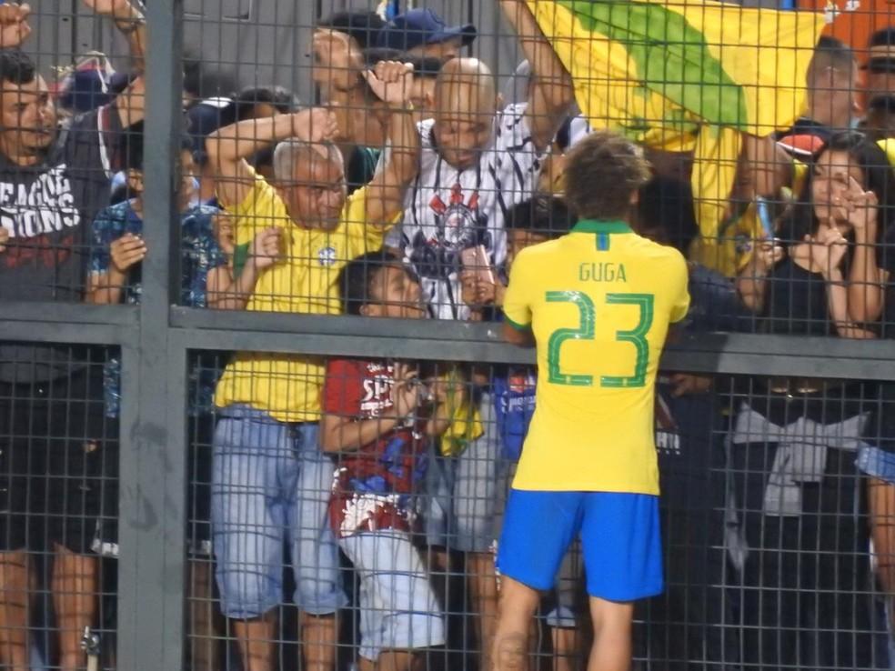 Guga entrega caneleira a torcedor após jogo da Seleção sub-23 — Foto: Bruno Cassucci