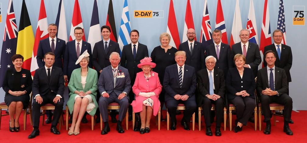 """Líderes mundiais, entre eles a rainha Elizabeth II e o presidente americano Donald Trump, posam para fotografia nas celebrações do """"Dia D"""" em Portsmouth, na Inglaterra, nesta quarta-feira (5). — Foto: Jack Hill/Pool via Reuters"""