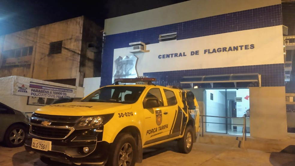 Preso foi levado para a Central de Flagrantes I, no bairro do Farol, em Maceió — Foto: Matheus Tenório/G1