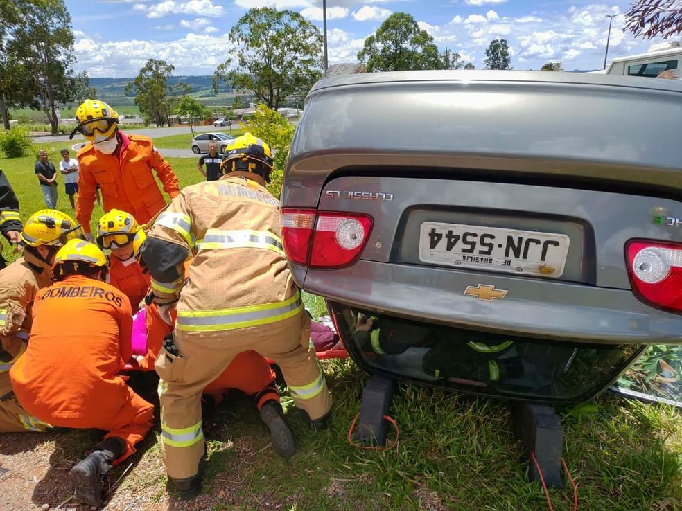 Carro que capotou na BR-020, no DF — Foto: Divulgação/Corpo de Bombeiros