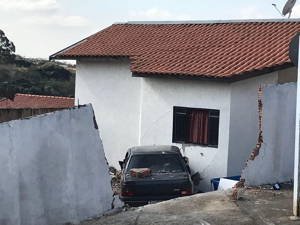 Motorista perdeu o controle do veículo, que acabou invadindo uma casa no bairro Itamaraty, em Botucatu (SP) (Foto: Murilo Barbosa/TV TEM)