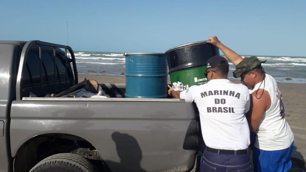 Marinha recolheu 530 quilos de óleo da Praia da Atalaia no Piauí — Foto: Divulgação/Marinha do Brasil