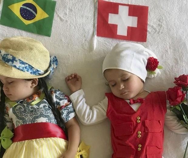 Trajes típicos do Brasil e da Suíça: uma Copa do Mundo ultrabem registrada para as gêmeas Beatriz e Olívia  (Foto: Reprodução)